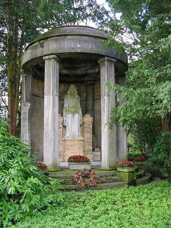 Grabmal der Familie Henkel auf dem Düsseldorfer Nordfriedhof