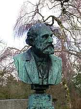 Das Grabmal von Friedrich Roewer auf dem Düsseldorfer Nordfriedhof. Hier klicken für diverse und vergrößerte Ansicht!